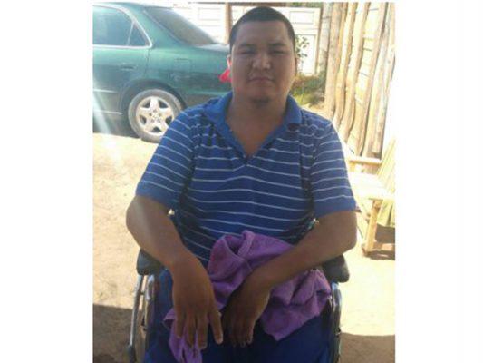 Pedro está en silla de ruedas a causa de comer pollo