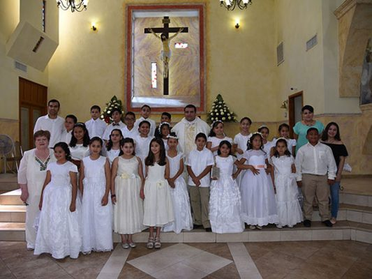 Reciben el sacramento de la Primera Comunión