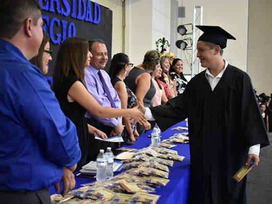 Clausura y entrega de constancias a graduados