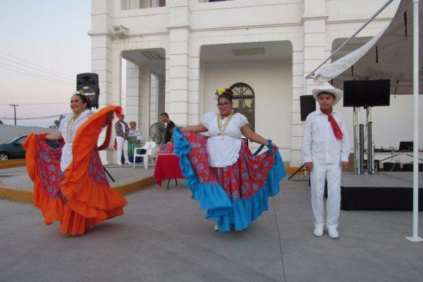 Ofrecen Noche Cultural a familias de la zona poniente