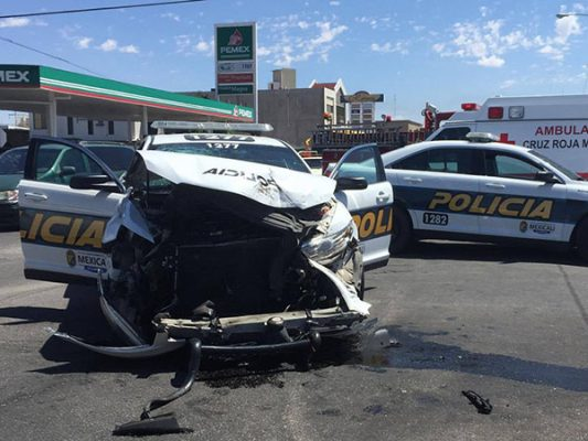 Colisión de patrullas deja a dos policías lesionados