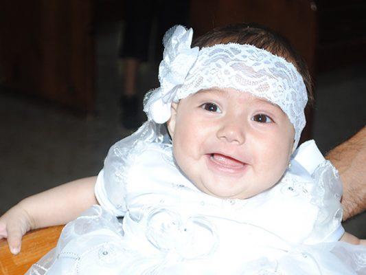 Recibe bautismo Valeria Lara