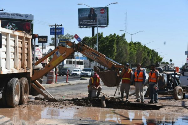 Reparan fuga en tubería de Benito Juárez
