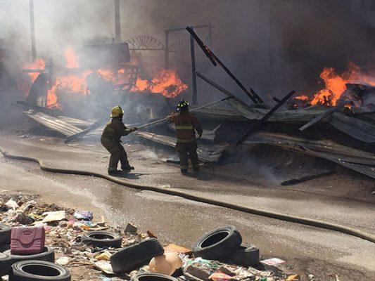 Galeria: Arde recicladora junto a casas, puso a familias en riesgo