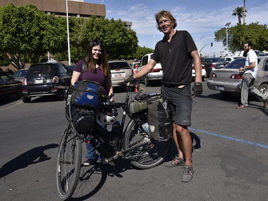 Enfermero recorre el mundo en bicicleta