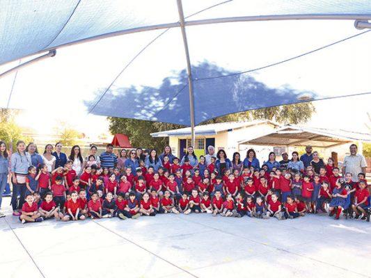 Niños, directivos, docentes e invitados especiales en la inauguración de la sala de lectura.