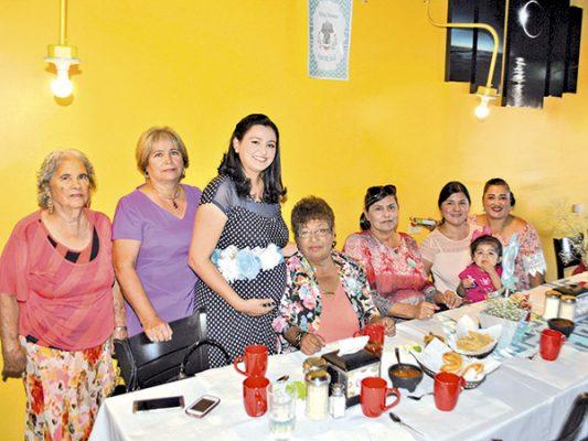Invitadas a la fiesta de canastillas en honor de Blanca Yazmín.