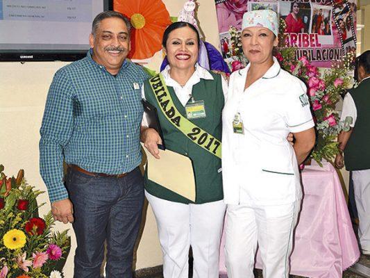 La recién jubilada con su esposo y compañera.