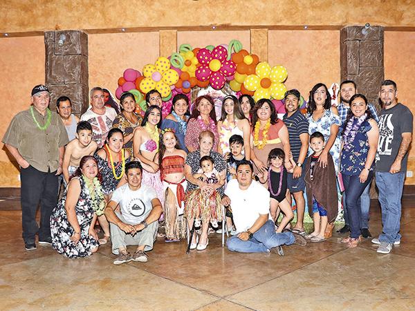 Familiares que asistieron para felicitar a Leilani.