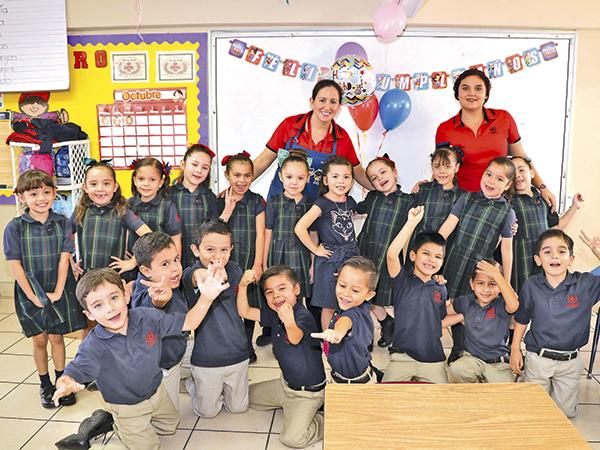 La festejada, maestras y compañeros del colegio.