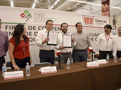 Momentos en que se firma el convenio por Juan Manuel Ley Bastidas, director General de Casa Ley y Mario Zamora, Director General de la Financiera.