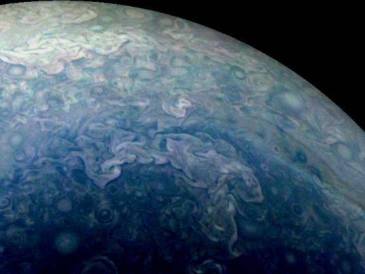 NASA revela nuevas imágenes que muestran a Júpiter en color azul