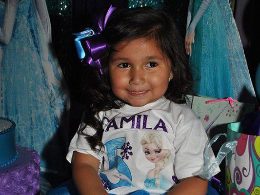 Camila sopla 5 velitas