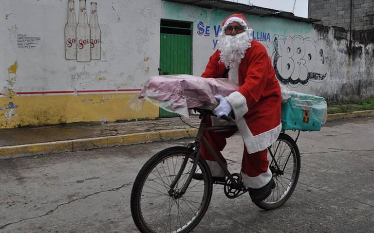 Santa Claus deja el Polo Norte para vender pan en México