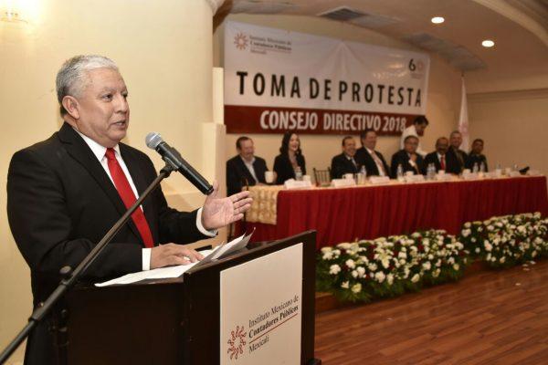 Toma protesta nuevo líder del Colegio de Contadores