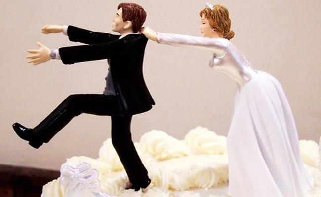 Regalan palas de madera a novias para defenderse de sus maridos