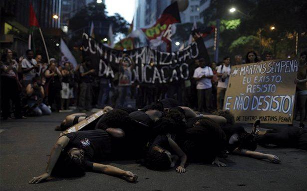 Policía de Río en la mira tras masacre en una favela