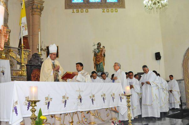 Arzobispo de Puebla, encabeza renovación de promesas sacerdotales