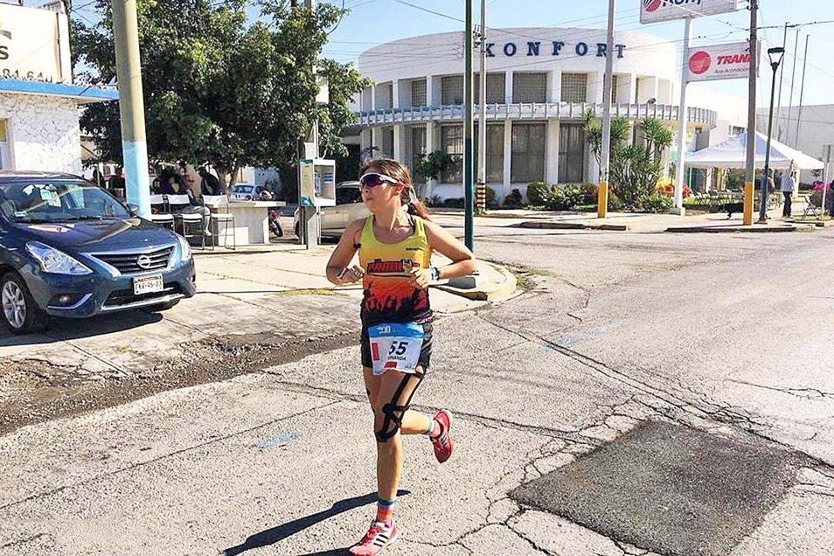 La triatleta Fernanda Arguijo obtuvo el primer lugar en el triatlón celebrado en Lago Colina, Chihuahua, tanto en su categoría y en general.