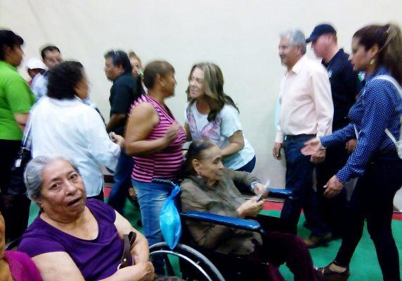 Entregan apoyos a adultos mayores