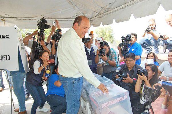Gobernador Rubén Moreira acude a votar en Saltillo