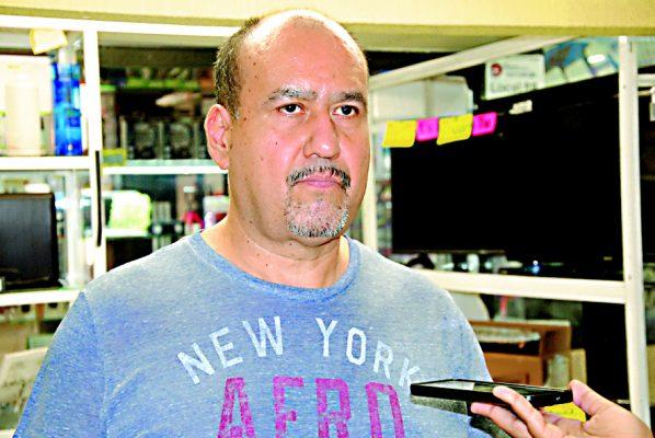 Señor Domingo Garza, locatario de la Plaza de la Tecnología en Torreón.