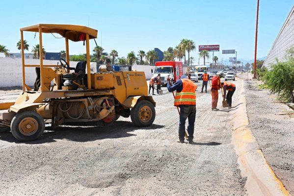 Trabajos de pavimentación se realizan en el periférico frente a la Expo Feria Gómez Palacio.