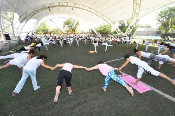 Realizan clase libre por el Día Internacional del Yoga