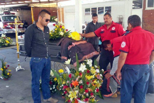 Muere bombero prensado por tráiler