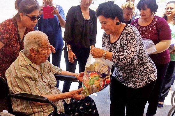 Doña Vilma Ale de Herrera se ha unido al trabajo del Ayuntamiento gomezpalatino, ayudando a grupos vulnerables y gente sumida en la pobreza.