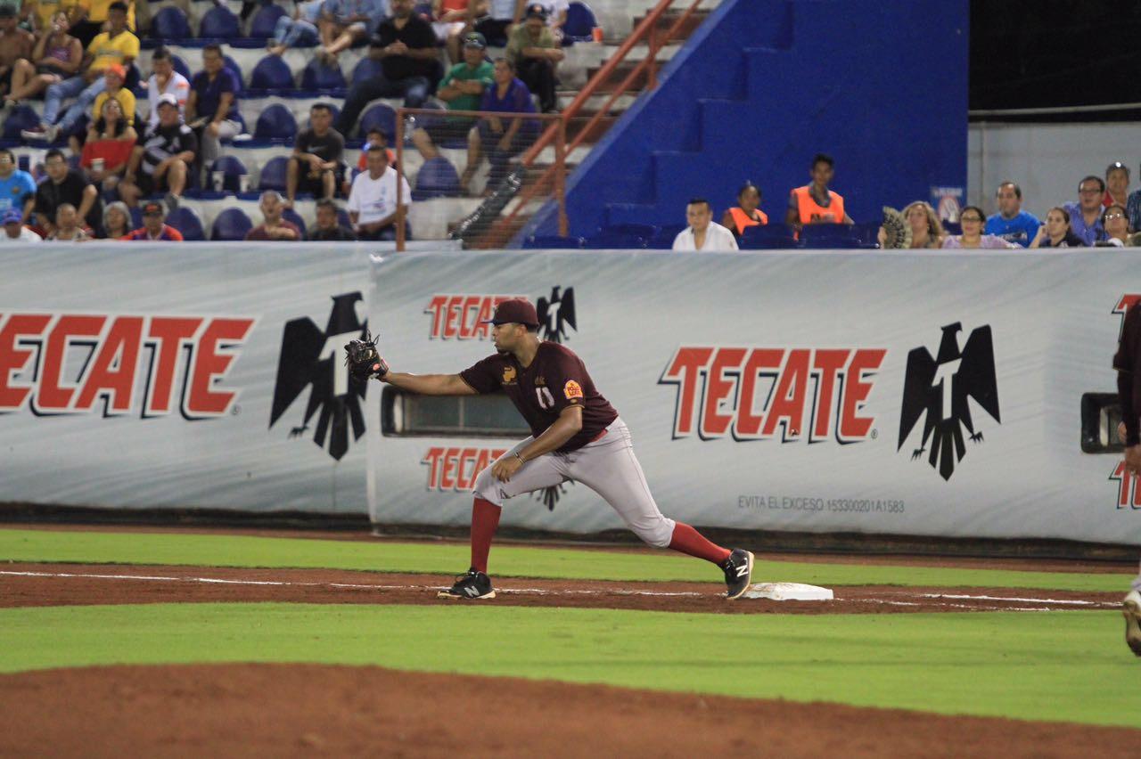 Arthur Lee Charles ha demostrado ser un buen primera base defensivo; aquí aparece anoche en el triunfo de Unión Laguna sobre Tigres de Quintana Roo.