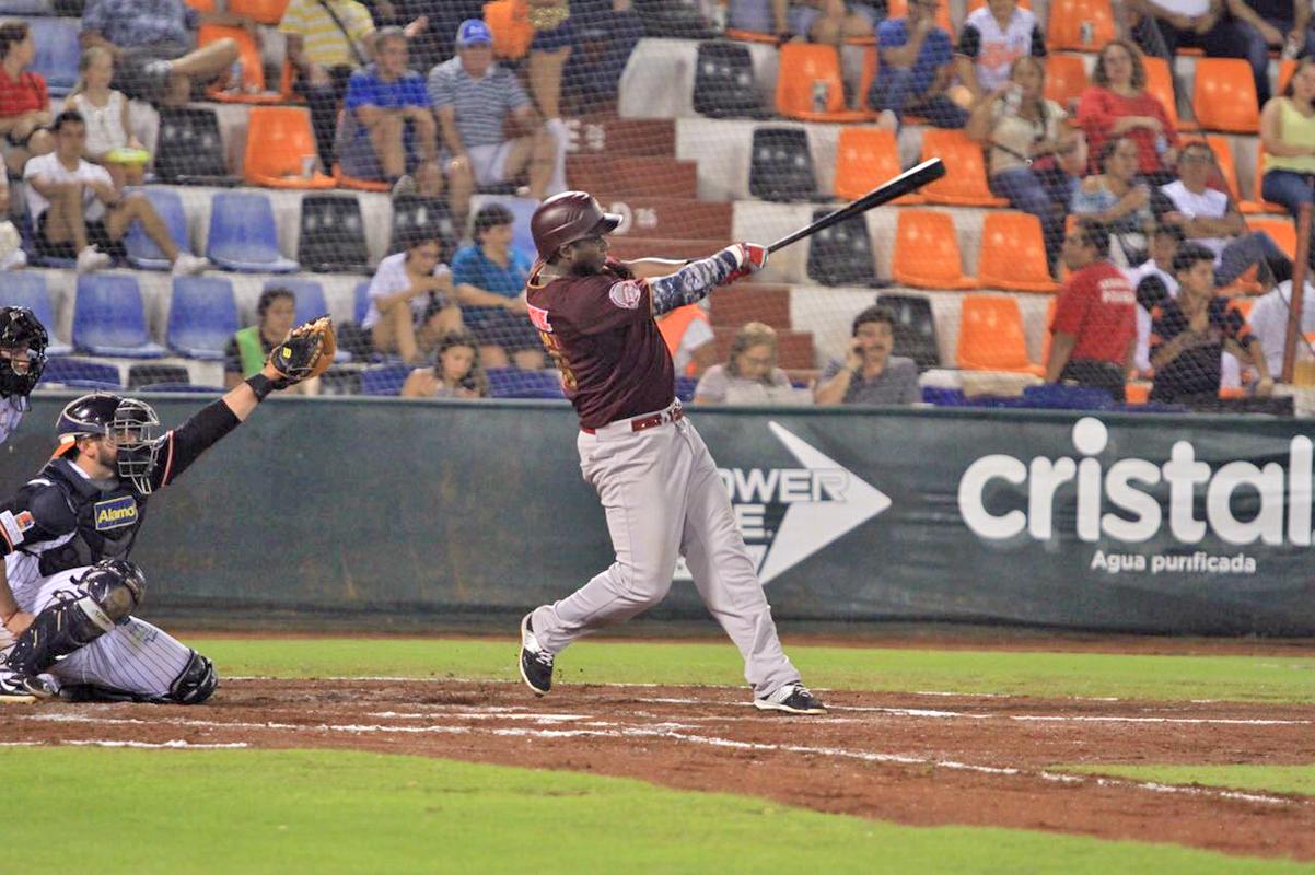 """Con este swing Jesús """"Cacao"""" Valdez conectó el cuadrangular que le dio el empate momentáneo a Vaqueros Laguna, anoche en Cancún."""