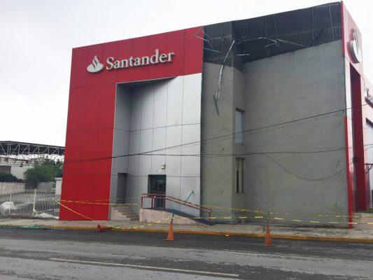 Clausuran sucursal bancaria por desprendimiento de fachada