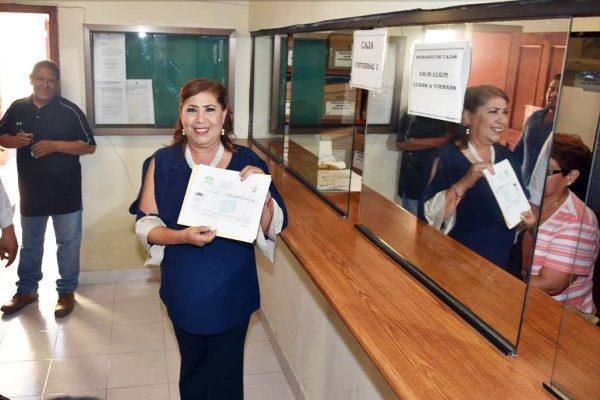 """Entrega González Achem donativo personal para programa de becas """"Ma-Pa"""""""
