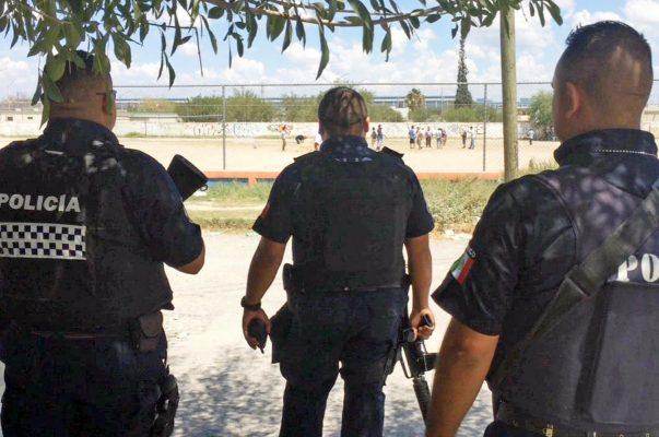 Policías de Monclova vigilando el área que reclaman los vecinos de Mezquital del Valle.