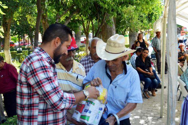 Con motivo del mes del adulto mayor, el DIF local ofreció una feria de servicios a favor de las personas de la tercera edad.