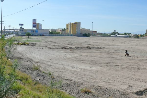 Así luce, sin movimiento, el terreno que debería albergar obras de construcción de un nuevo centro comercial; del que se anunció una inversión mayor a los 500 millones de pesos.