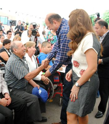 Diversos beneficios a adultos mayores y personas con discapacidad entregaron ayer el gobernador Rubén Moreira y la presidenta honoraria del DIF Coahuila, Alma Carolina Viggiano.