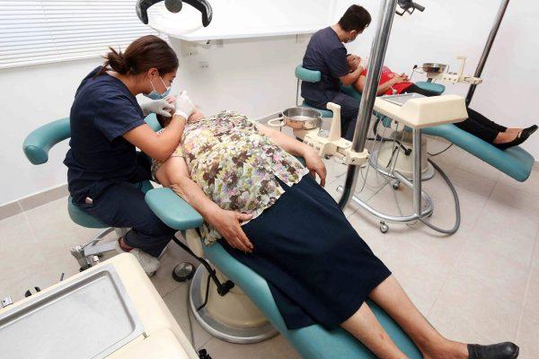 Para favorecer la salud dental de la población, la Universidad Autónoma de Coahuila celebró la apertura de una nueva clínica dental.