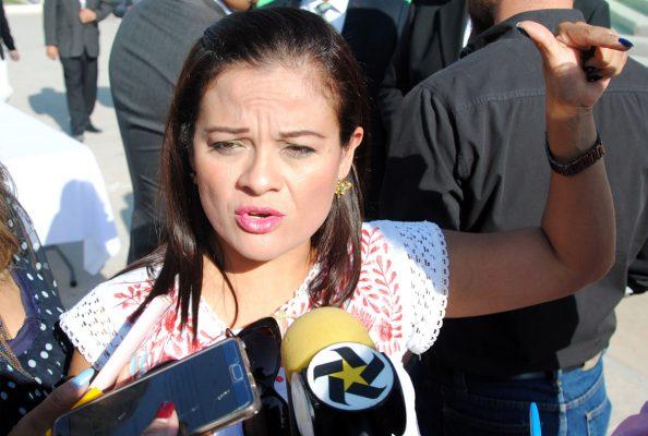 """""""Oaxaca nos necesita"""", expresó angustiada la señora Gabriela Ortiz de Turan, quien es esposa del subsecretario de Seguridad en aquella entidad y quien encabeza uno de los centros de acopio en Torreón. En la Plaza Mayor se instala centro de acopio para ayudar a los hermanos de Oaxaca. Ya empiezan a llegar los primeros apoyos para la gente de Oaxaca Y Chiapas en el centro de acopio ubicado en la Plaza Mayor de Torreón."""
