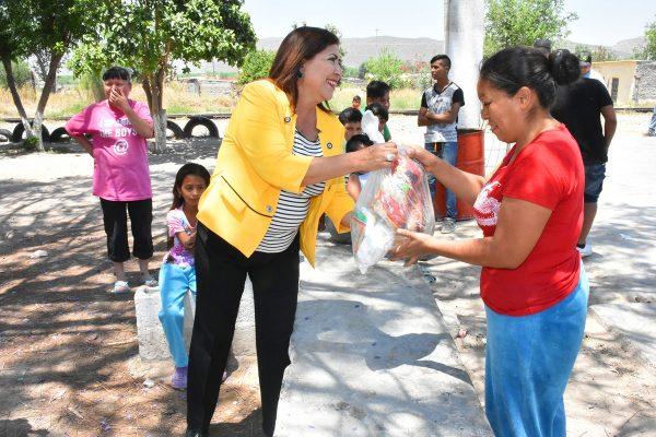 María Luisa entrega paquetes alimentarios en colonias y comunidades de Lerdo