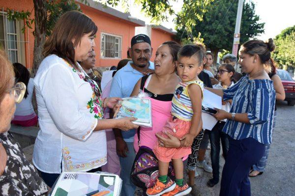 Entrega María Luisa González Achem paquetes de útiles escolares