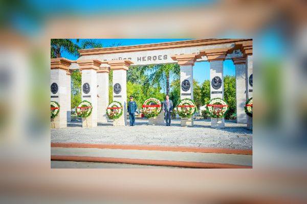 Guardia de honor de autoridades militares y civiles.