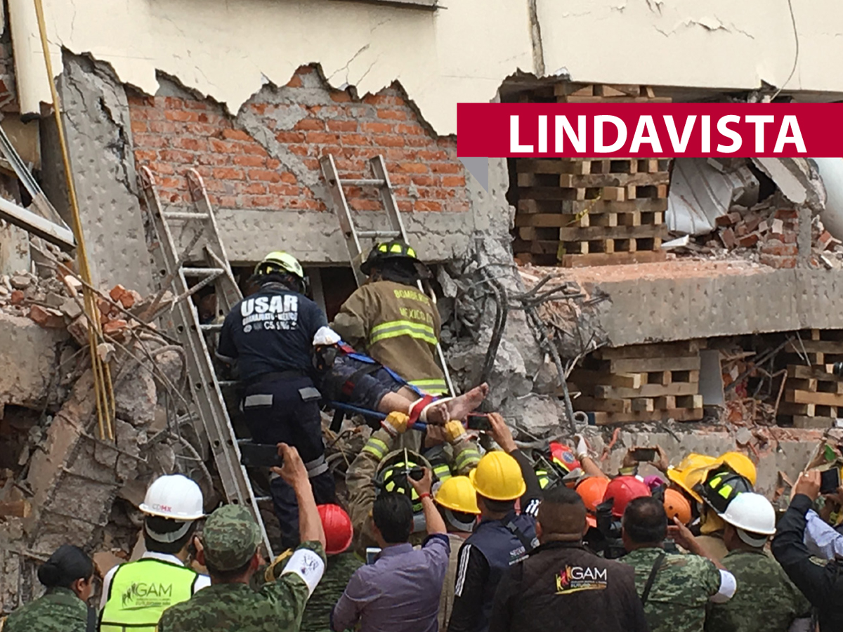 Rescatan a personas de edificios colapsados por sismo