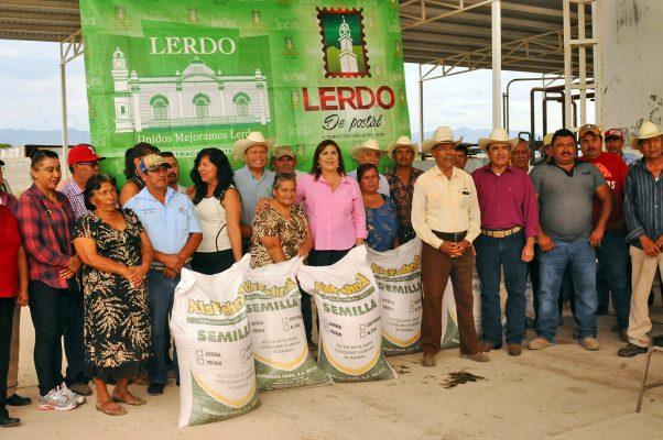 Durante la mañana de ayer martes, la alcaldesa María Luisa González Achem acompañada de funcionarios y regidores entregó treinta toneladas de semilla de avena para productores de Lerdo.