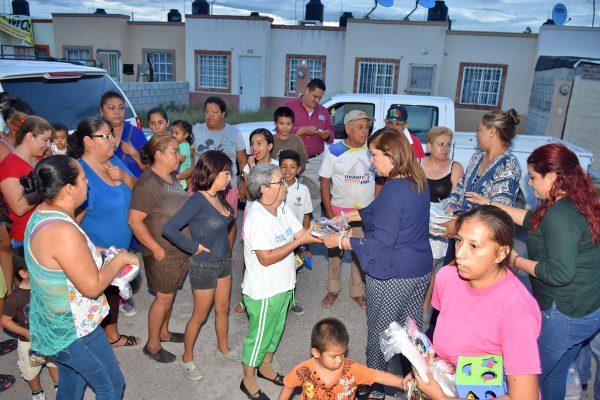 María Luisa visita colonias del poniente de la ciudad entregando a familias apoyos diversos