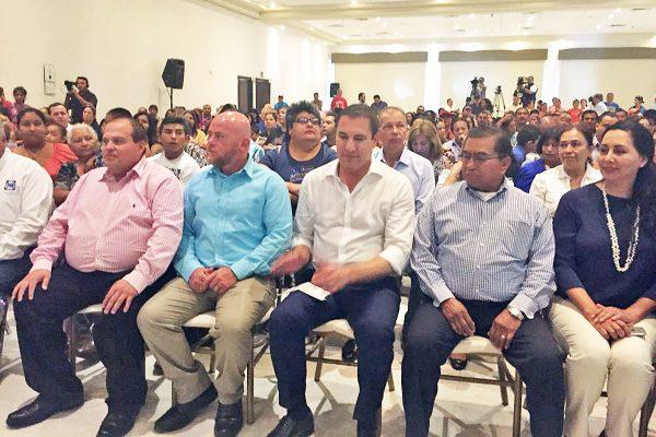Abuchean a líder empresarial de Monclova en evento de Rafael Moreno Valle