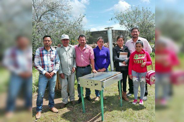 Organizaciones sociales entregan estufas ecológicas
