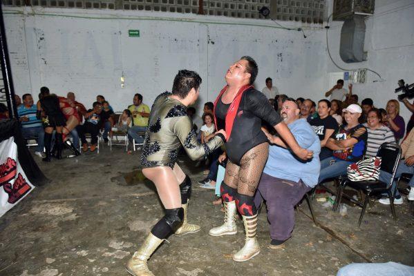 Luchadores y réferis en regla