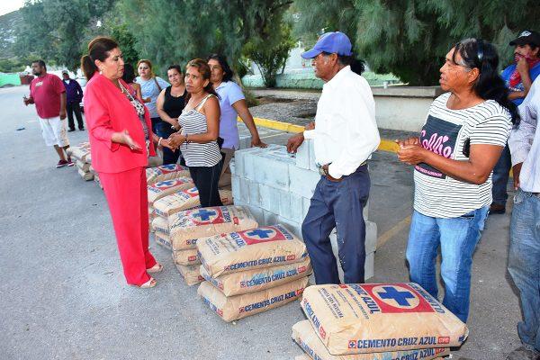 María Luisa entrega material de construcción a familias de colonia San Isidro